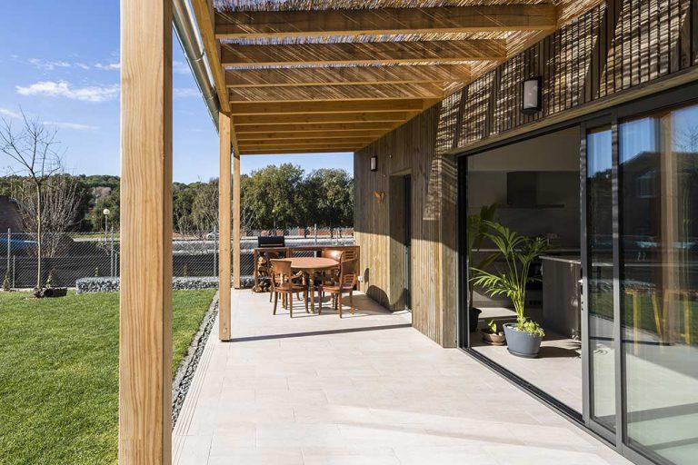 Porxo i façana de fusta en una casa particular