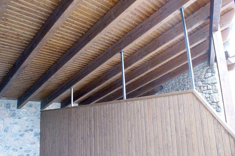 Porxo de fusta amb paret distribuïdora també de fusta