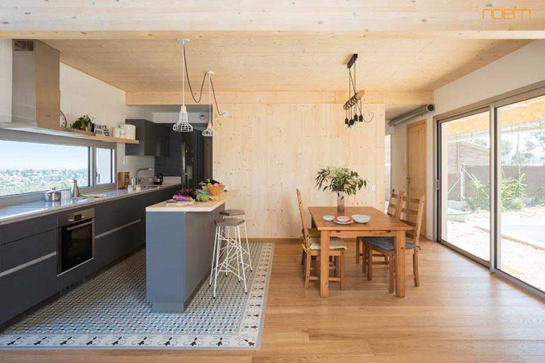 Vista de la cuina amb sostre de fusta i parquet