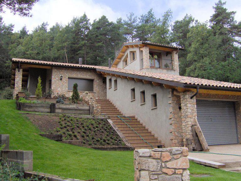 Vistes d'una casa amb estructura de fusta