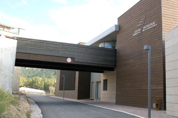 Façana principal de fusta del Centre Tecnològic Foresta de Catalunya