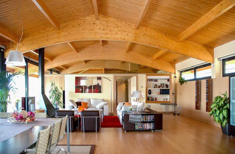 Vistes del sostre de fusta del mejador en casa particular