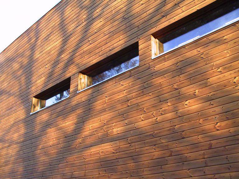 Vista d'una façana de fusta termotractada