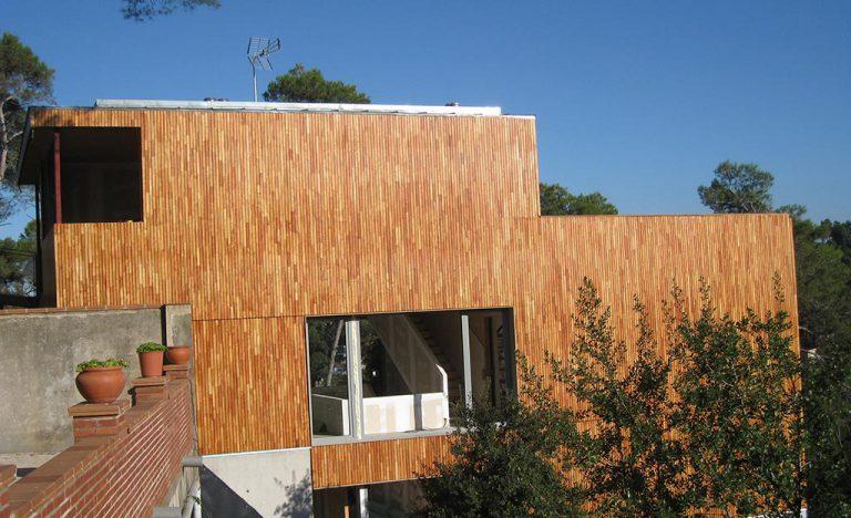 Façana de fusta d'una casa particular
