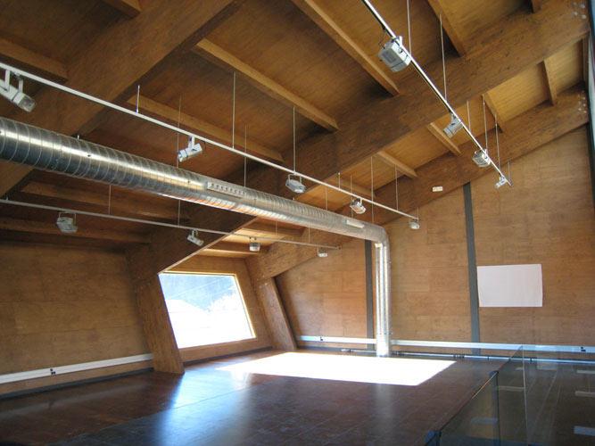 Interior d'un edifici amb sostre de fusta
