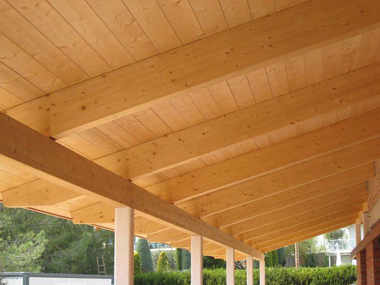 Porxo de fusta en casa particular