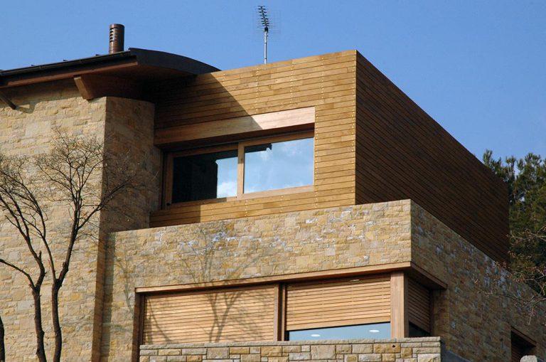 Vista del revestiment de fusta en una façana
